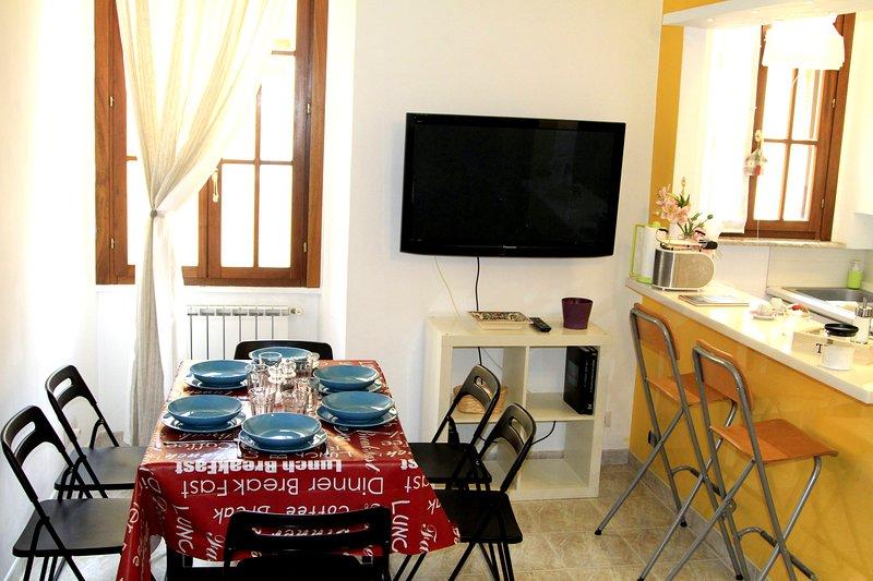Wohnzimmer mit Esstisch, Kochnische, Schlafsofa und Kleiderschrank (nicht sichtbar)
