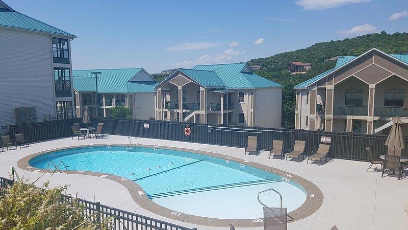 Piscina al aire libre con piscina Heist para discapacitados. Hay un juego de tejo al lado de la piscina.