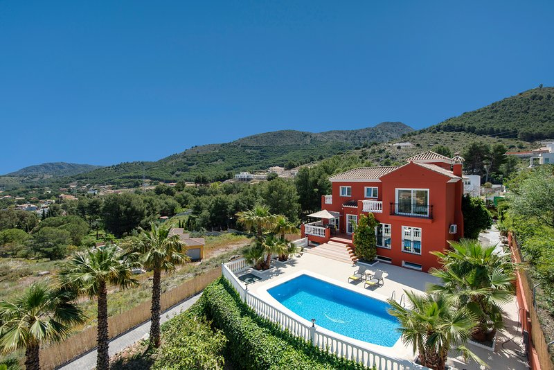 Amazing villa with pool and gym for up to 8 guests, 20 minutes from the beach, holiday rental in Cartama