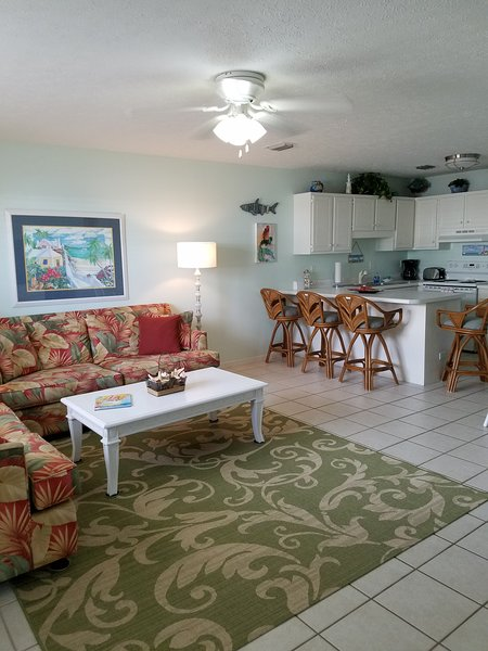 great condo  great pool near pier park just steps to the beach, holiday rental in Panama City Beach