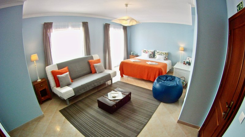 spacious suite with private bathroom in front supertubos beach, Ferienwohnung in Atouguia da Baleia