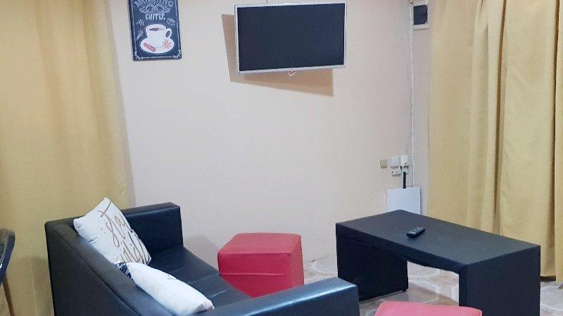 Séjour avec un canapé, une table basse, 2 et poof SmarTV câble 32 »