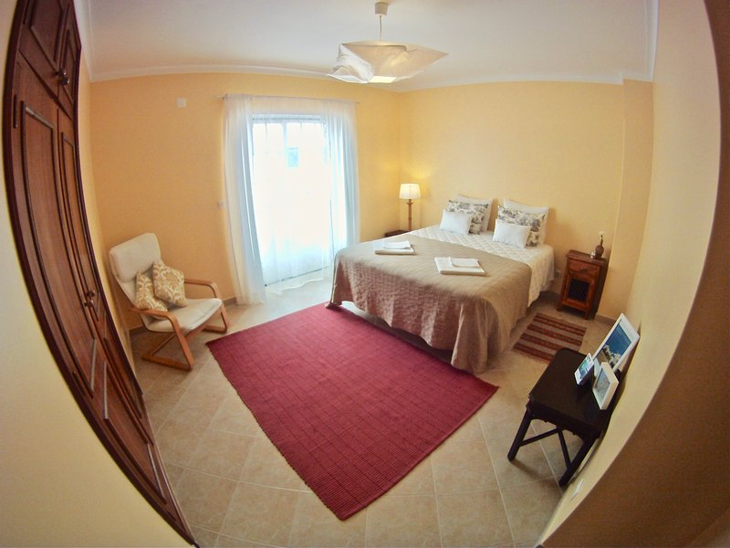 sunny double bedroom with balcony in front of supertubos beach, vacation rental in Atouguia da Baleia