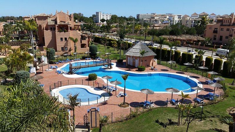 I bambini e piscine per adulti in tutto il complesso