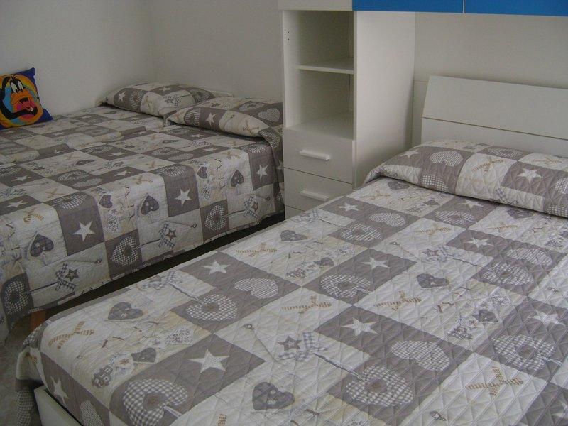 "Room ""Blue"" (quadruple: 1 bed + 2 singles)"