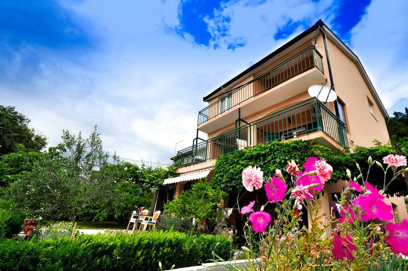 Apartments Franic 2, holiday rental in Otric-Seoci