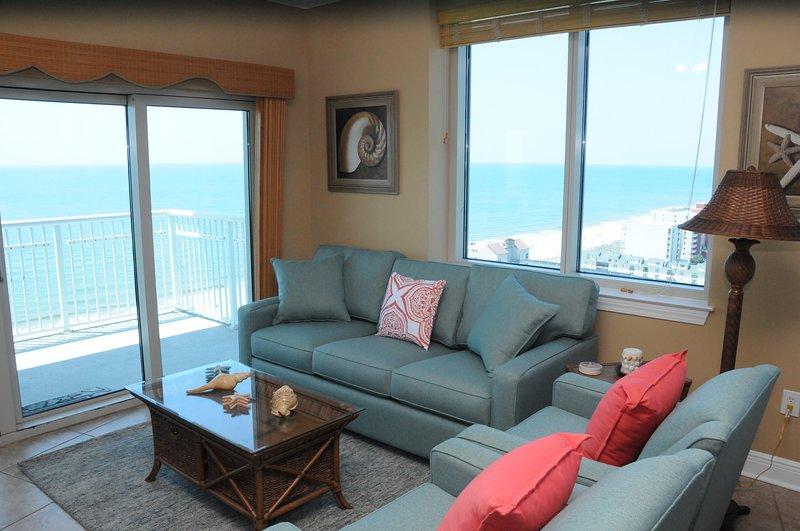 Ontspan in deze geactualiseerde Living Room terwijl u uitkijkt op de Golf