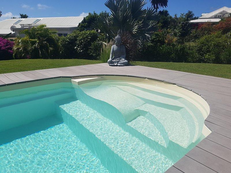 Swimmingpool mit Liege integriert, Salzbehandlung, in gepflegtem Garten umschlossen