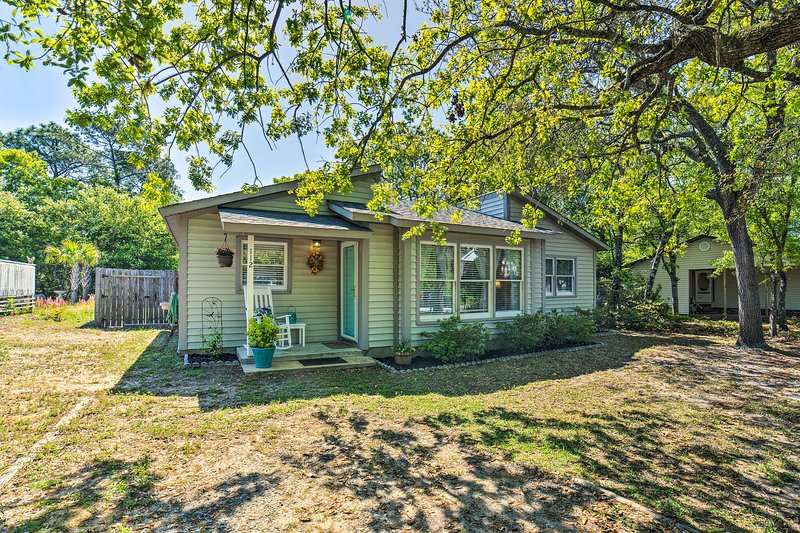 Oak Island Home w/ Fenced Yard-Walk to Long Beach!, location de vacances à Caswell Beach