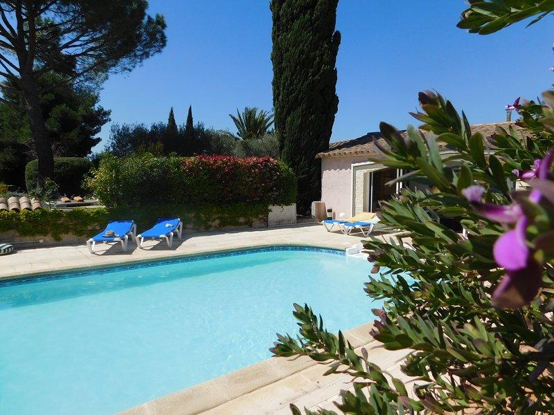 Gîte la Cigale aux Bougainvillées de Camargue, piscine chauffée, 20 mn plages, holiday rental in Saint-Christol
