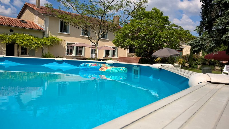 La Maison Catalpa. Rural French Farmhouse. Pool, jacuzzi. Family Friendly., holiday rental in Chenaud