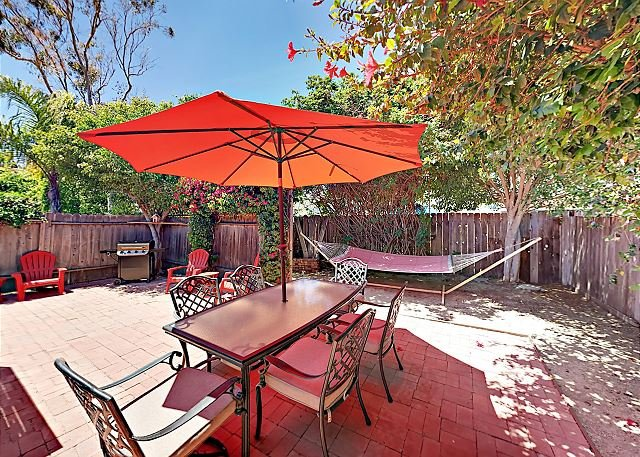 Beach Bungalow w/ Patio & Outdoor Shower – Steps to Ocean & Restaurants, vacation rental in Ventura