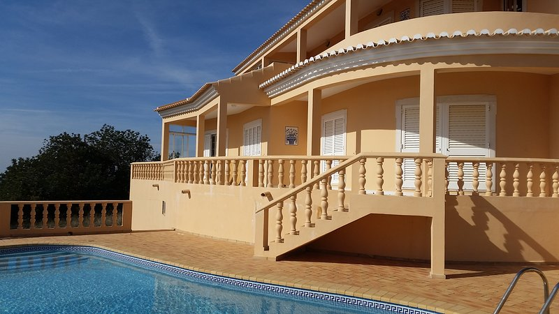 Spacious house with swimming-pool, holiday rental in Salir