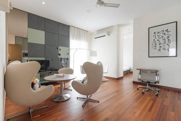 Modern & big private studio room with services in bungalow shared pool S8, holiday rental in Singapore
