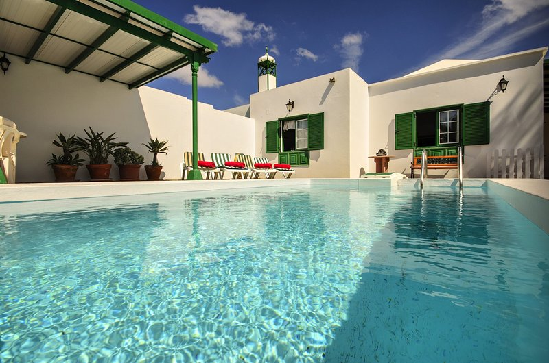 Casa Andrea, piscina, wifi, jardín, relax, tu casita en Lanzarote, holiday rental in Conil