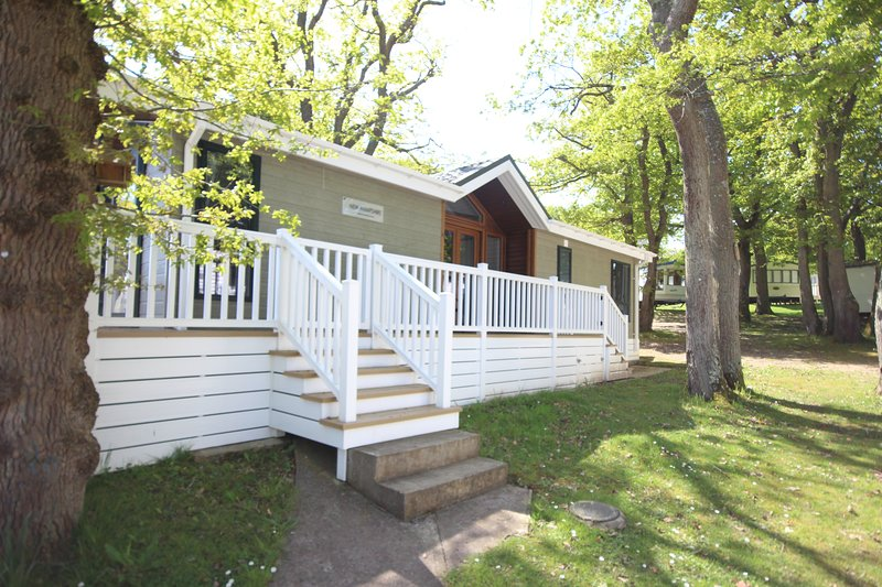 BEAUTIFULLY APPOINTED HOLIDAY LODGE on a holiday site 3 mins walk to beach, vacation rental in Isle of Wight