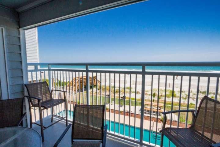 impresionante vista del mar y la piscina desde el balcón grande