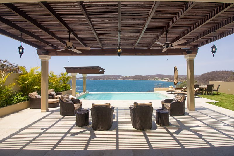 66025 - Luxury Oceanfront Villa with Infinity Pool, holiday rental in Crucecita