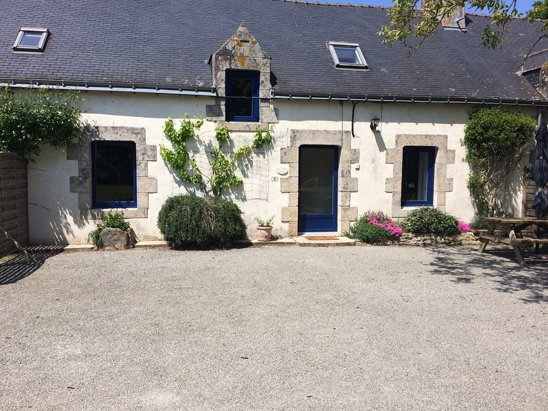 GITE 6 PERSONNES AVEC PISCINE CHAUFFEE, holiday rental in Rohan