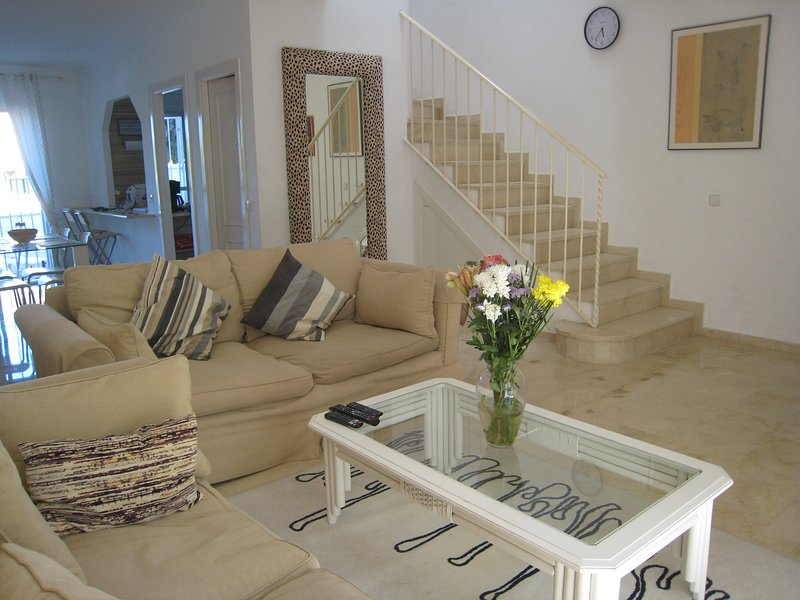 BEAUTIFUL TOWN HOUSE IN SECURE, GATED URBANIZATION. Air conditioned. Internet., location de vacances à Estepona