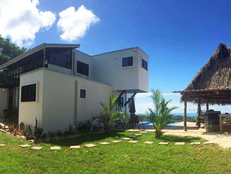 Utsidan uteplats vy med infinity pool och lusthus