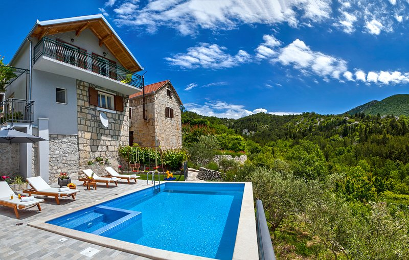Mediterreanean house with the heated pool and jacuzzi, location de vacances à Kucice
