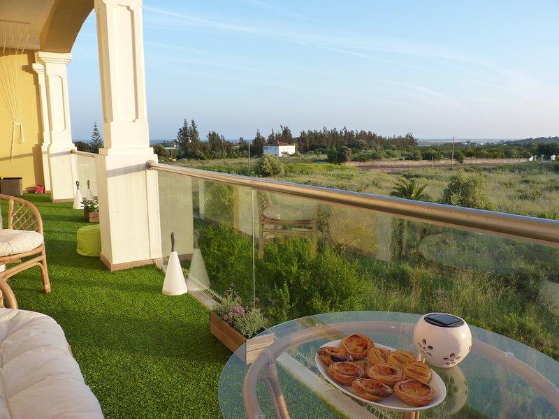 terraza trasera con vista al mar