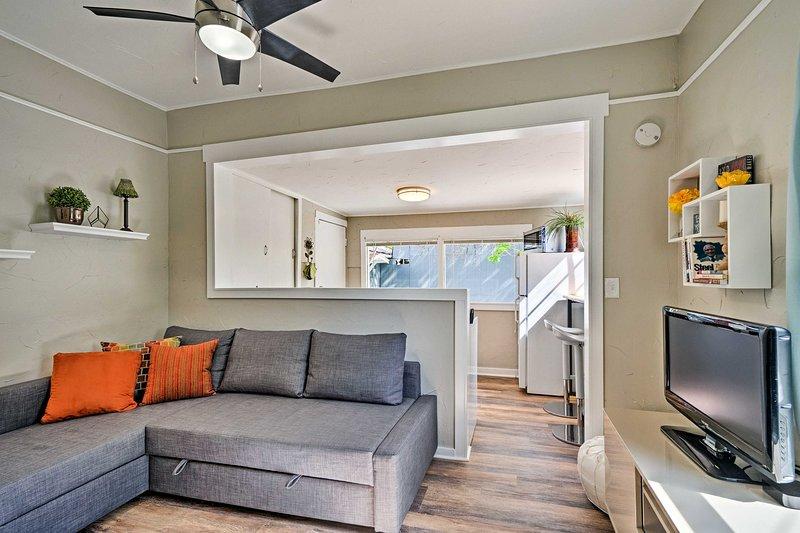 Relájese en esta casa de alquiler de vacaciones de 1 dormitorio y 1 baño en Colorado Springs.