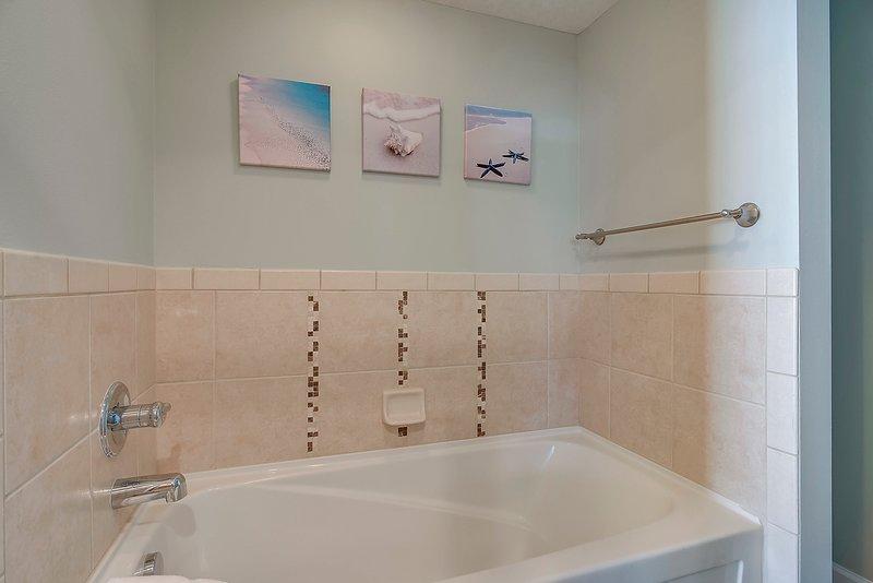 Grand Panama 1808-Bathtub in master bathroom