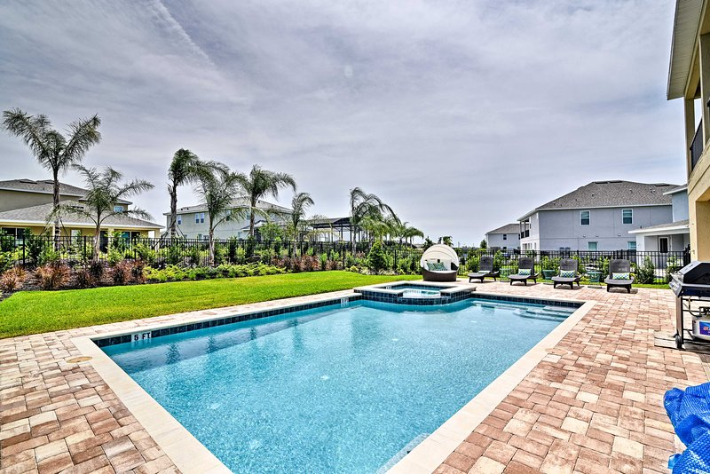 With a private pool & spa, plus community amenities, you'll never run out of fun!