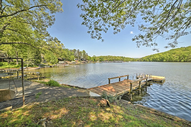 Serene Lakefront Harrison Cottage w/ Dock & Views!, vacation rental in Soddy Daisy