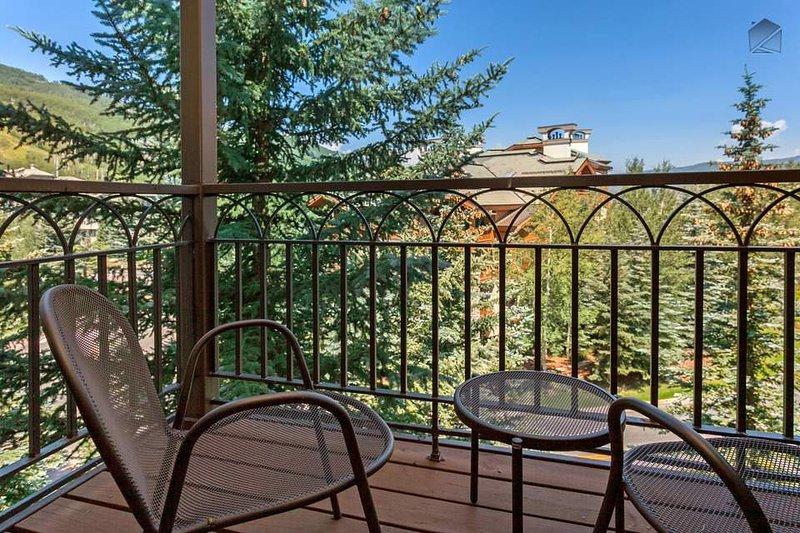 La amplia terraza cuenta con muebles de jardín para relajarse en el aire de la montaña abierta.