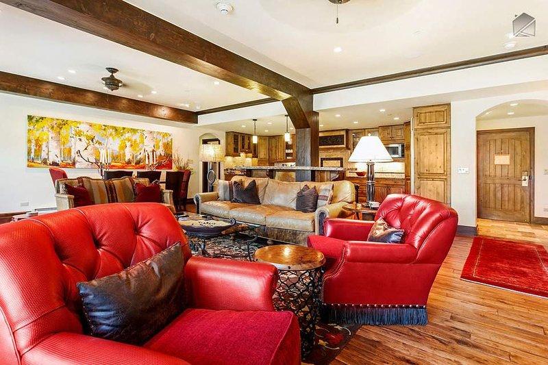 enormes vigas de madera expuestas dan a esta habitación lujosa un aspecto ligeramente rústico.
