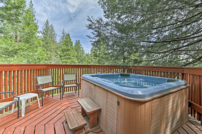 Cozy Lake Arrowhead Cabin w/ Hot Tub & Deck!, alquiler de vacaciones en Cedar Glen