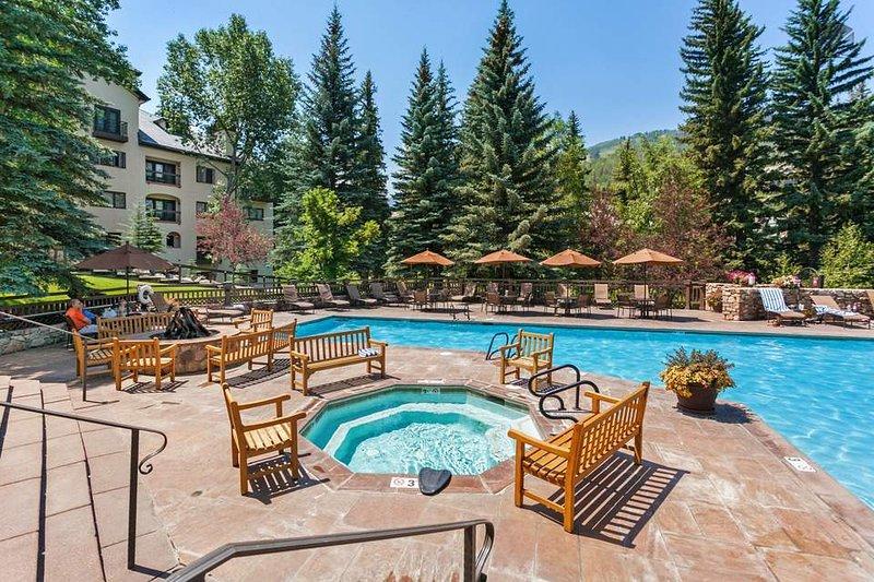 La piscina al aire libre, bañera de hidromasaje y pozo de fuego son algunas de las fantásticas instalaciones del complejo Carta.