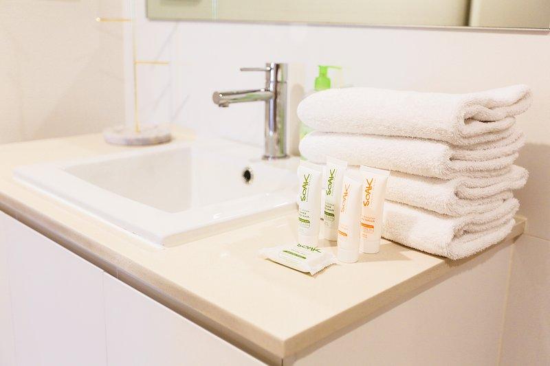 Nuestros consumibles: toallas de mano, toallas de ducha, champú, acondicionador, jabón y crema de manos, etc.