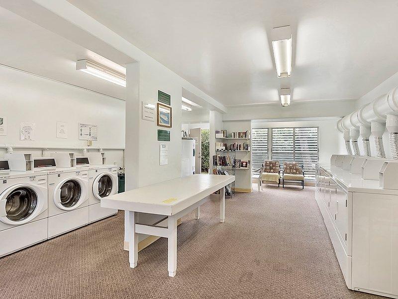 Salle de lavage en bas (paniers à linge dans le condo), avec réservoir de rinçage de plongée et ...