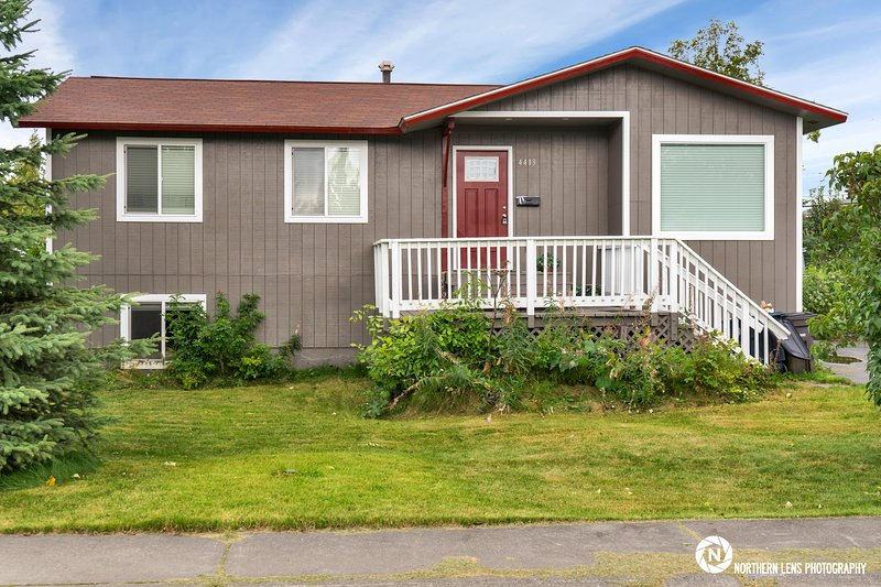 Spacious Comfortable Home Near Downtown, holiday rental in Anchorage