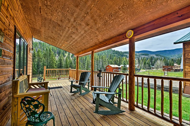 Cozy Cabin Escape w/ MTN Views Near the Red River!, holiday rental in Red River
