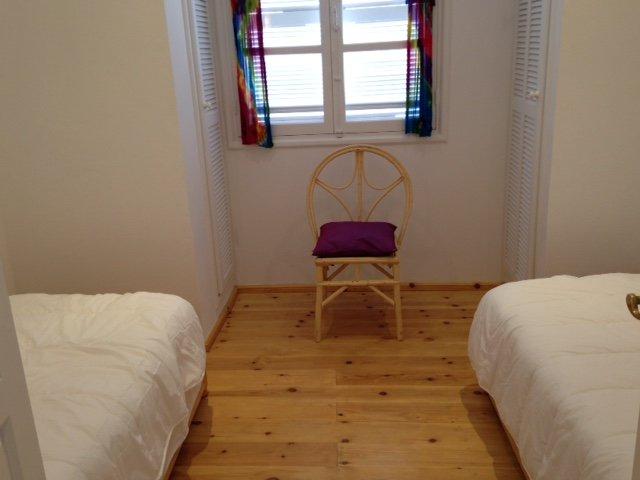 dormitorio con dos camas individuales, dos armarios, armarios, segundo piso