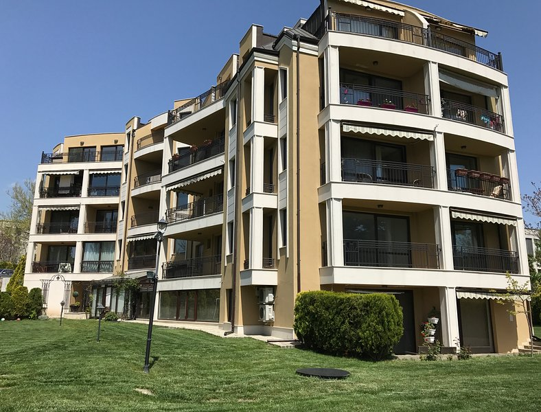 Central Garden apartment, location de vacances à Aksakovo