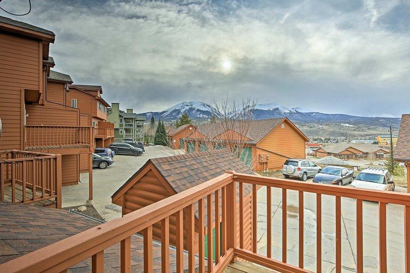 Cette retraite Colorado 4 personnes et offre une vue imprenable sur la montagne depuis le balcon.