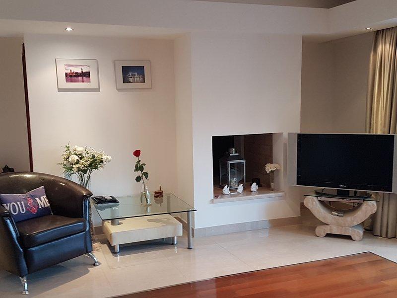 piano salone principale con TV a schermo piatto, lettore DVD e satellitare
