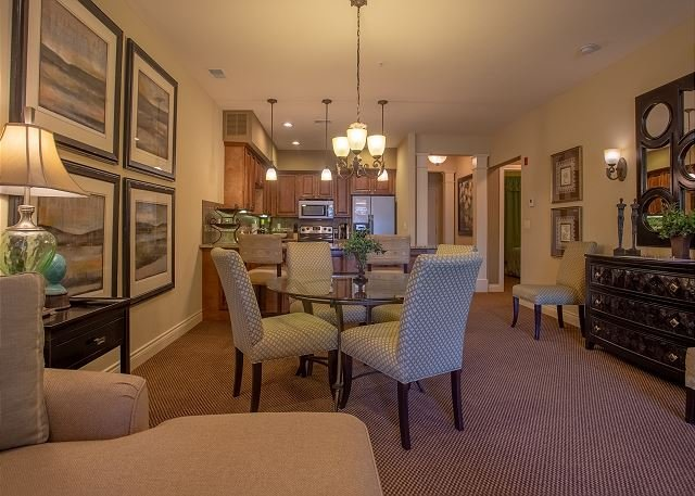 Right in the Heart of Branson!! Walk-In This Elegant and Stylish 2BD Condo!, holiday rental in Rockaway Beach