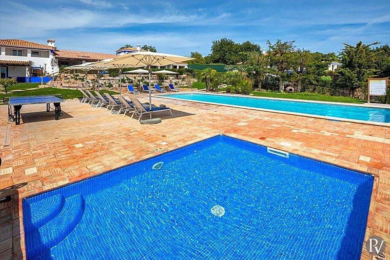 Malhadais Villa Sleeps 16 with Pool Air Con and WiFi - 5433415, holiday rental in Cerca Velha