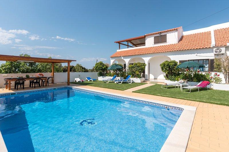 Villa São Miguel with private pool, aluguéis de temporada em Armação de Pêra