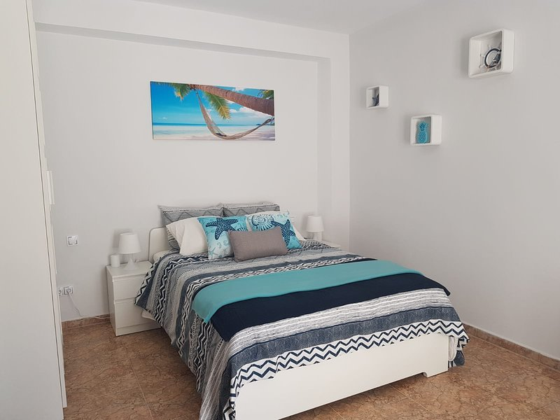 Une chambre avec lit double (140x200 cm) et un canapé-lit