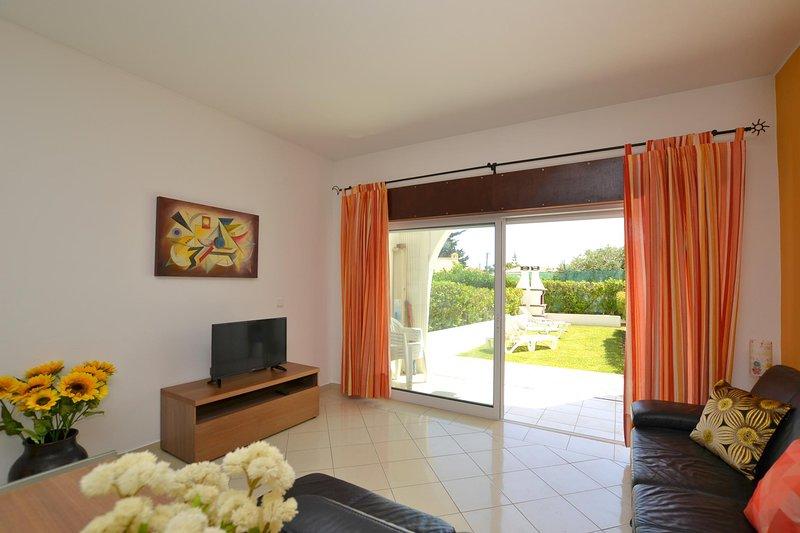 Apartamento T1, Piso 0, com jardim, barbecue e piscina, local tranquilo!, alquiler de vacaciones en Areias de Sao Joao