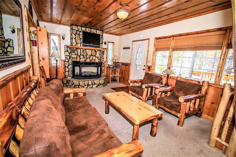 Nine Pines Lodge Cozy 4 BR Log Cabin / Jetted Tub, alquiler de vacaciones en Big Bear City