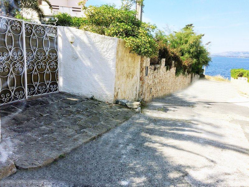 Entrance of Villa Enza. Free parking inside. Just 38 meters to the Sea.